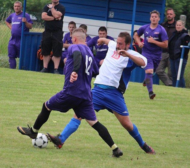Fotbalisté Loko Hostouň (ve fialovém) dostali ovíkendu od Mířkova osm gólů a propadli se na poslední místo tabulky letního meziokresního turnaje.