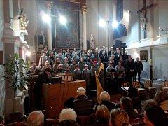 Zcela zaplněný klášterní kostel v Domažlicích přivítal v neděli večer členy pěveckého sboru Čerchovan.