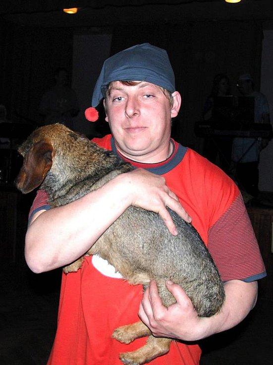Tento muž měl za taneční partnerku toto ubohé zvíře!