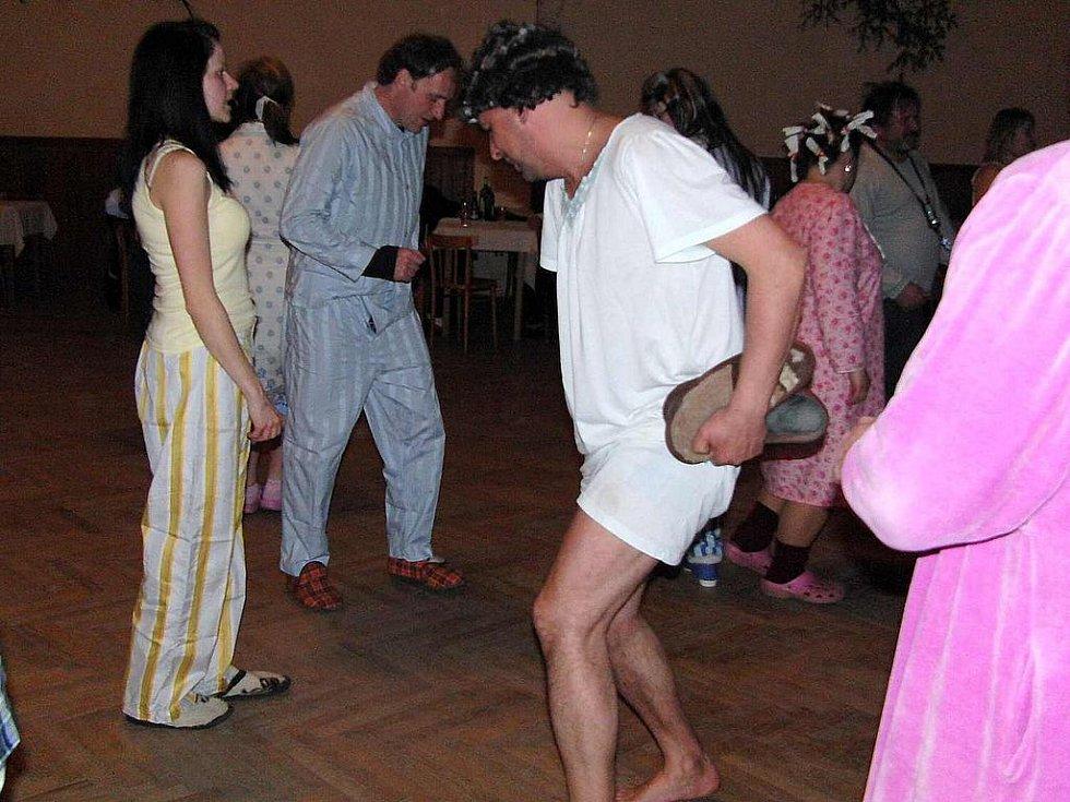 Starosta Jiří Šimek si dal při tanečních kreacích záležet, při některých si dokonce sundal obuv...