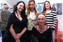 DANA CHMELÍKOVÁ (v popředí), za ní zleva dcera Dana, Jana Podskalská a Zuzana Grollová.