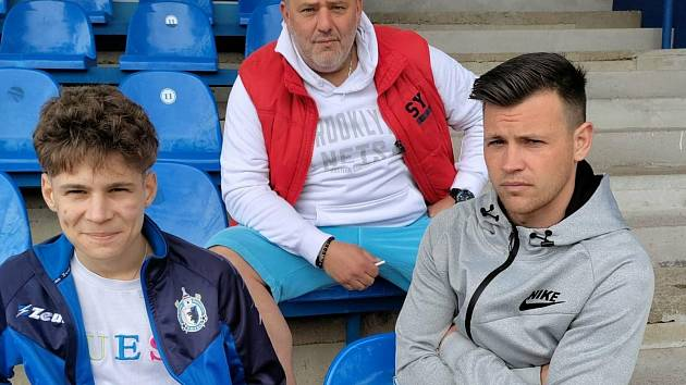 Záložník Jiskry Domažlice Egon Vůch (vpravo) zápas proti Klatovům nedohrál kvůli zranění kolene.