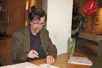MARTIN SRB. Musel nejprve podepsat desítky pamětních listů a povídal si s námi v zázemí pracovníků galerie. Přímo v centru dění by nebyl pro velké množství návštěvníků inaugurace známky rozhovor s ním ani možný.