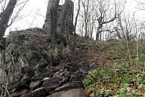 Zřícenina hradu Starý Herštejn. V současné době začaly opravy sběrem původního kamene.