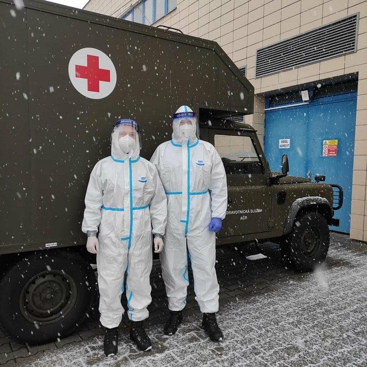 Vojáci přišli na pomoc, v domažlické nemocnici jich pomáhá dalších šest.