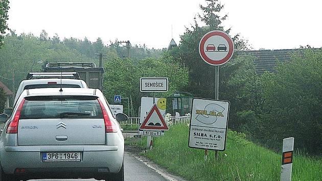 Silnice mezi Semošicemi a Vránovem dnes kolem deváté ranní.