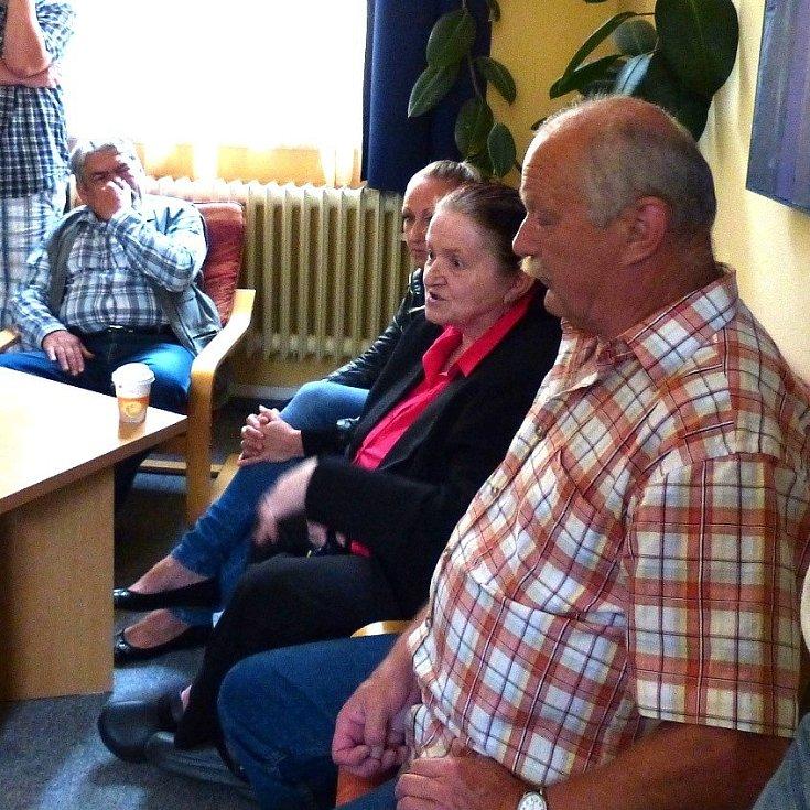 Nespokojení obyvatelé z centra Domažlic na radnici.
