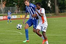 Libor Tafat (v modrobílém) v dresu Jiskry Domažlice v domácím duelu ČFL  proti svému předchozímu klubu FC Chomutov.