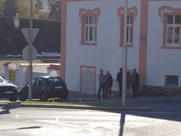 V těchto místech v Domažlicích srazilo auto devítiletou školačku.