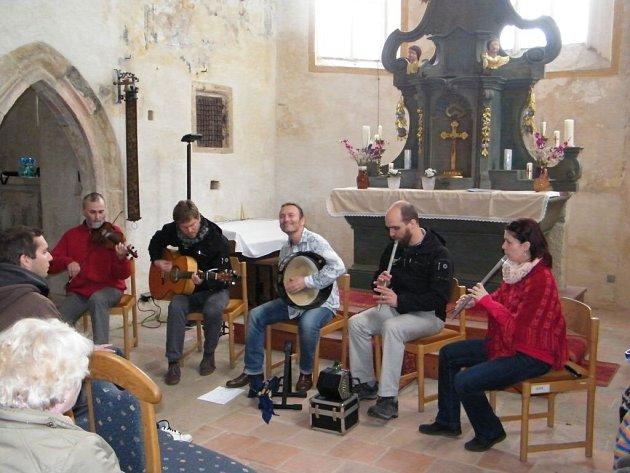 Koncert kapely Poitín v čečovickém kostele.