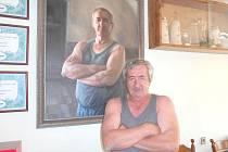 Bohuslav Hlavsa, koutský sládek, stojí před svou podobiznou, kterou mu namaloval akademický malíř Jiří Houska.