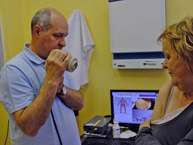 CHIRURG JOSEF VOLÁK v ambulanci Chirurgie s. r. o., která se nachází v budově Okresní správy sociálního zabezpečení v Domažlicích, zaměřuje pacientce mateřské znaménko.