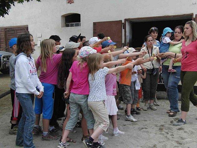 DOBRODRUŽSTVÍ. Děti, které přinesly namalovaný obrázek koně, získaly kupon a mohly se svézt. O dobrodružství, které skýtá jízda, byl veliký zájem.