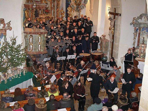Z koncertu Čerchovanu v loučimském kostele.
