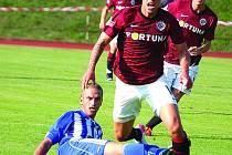 Obránce třetiligové Jiskry Domažlice Marek Bauer s fotbalem začínal ve Staňkově. Snímek je z pohárového duelu Jiskry se Spartou, kde Marek musel ve skluzu faulovat.