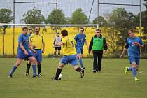 Fotbalisté Sokola Poděvousy (ve žlutém) doma zdolali lídra soutěže Sokol Zahořany. Střílí Jaroslav Kramer.