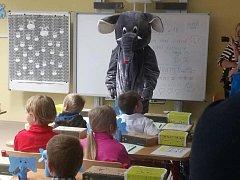 Prvňáčky přivítal ve třídě velký plyšový slon.