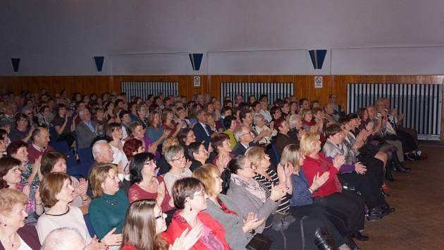 Diváci v domažlickém MKS na představení Drobečky z perníku.