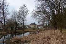 POHLED NA KOSTEL sv. Jana Křtitele v Srbech z křižovatky před mostem přes Radbuzu. Obci na kráse nepřidá a zasloužila by si opravu. Tou poslední byla v roce 1997 nová střecha.