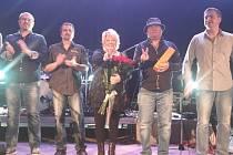 Věra Špinarová s kapelou svého syna při loučení s publikem v H. Týně.