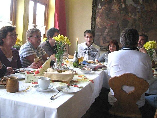 HOSPŮDKA ROKU. Pro čtenáře Deníku, kteří přidělili hlas restauraci U Sv. Jána v Trhanově a byli vylosováni, uspořádal majitel bohaté pohoštění
