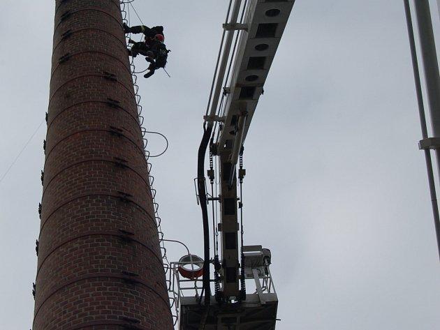 ZÁCHRANA OSOB z komína v policejním areálu v Domažlicích byla némětem pátečního cvičení hasičů.
