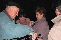 Starosta Brnířova Václav Valečka rozléval na návsi příchozím šampaňské na přípitek.