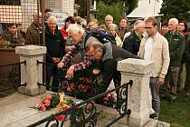 UCTĚNÍ PAMÁTKY BAARA. Květiny ke hrobu položili (zleva) předseda KČT Domažlice Petr Matějka a Walter Spieß z Lesního spolku Furth. Zcela vpravo Martin Jakubík z GJŠB Domažlice, v jehož třídě se nové logo zrodilo.