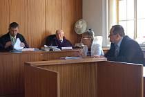 Jan Ledvina (zcela vpravo) se před soudem zodpovídal z napadení dvacetiletého mladíka.