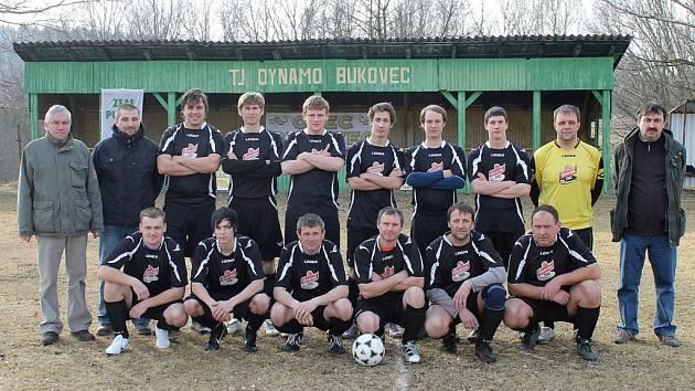 Fotbalisté TJ Dynamo Bukovec na snímku před zahájením jarní části sezony završené historickým postupem.