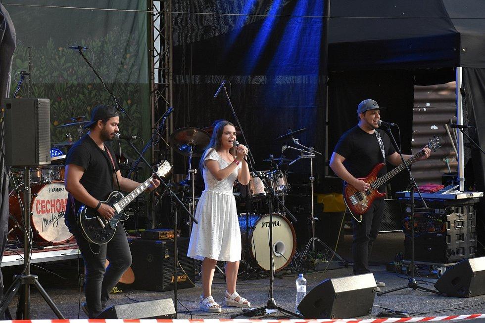 Předkapela Sylvie & Silver Matte, což je mladá pop-rocková formace z Plzně.