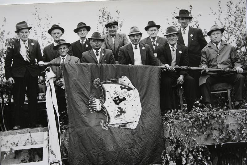 Už v roce 1897 mohli dobrovolní hasiči z Chodova nosit na veřejnosti prapor.