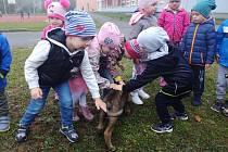Děti si policejní návštěvu vskutku užily.