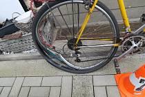 Motocyklista srazil seniora na kole, který spadl a zranil se. Po viníkovi nehody pátrá policie.