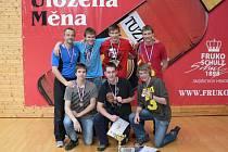 ÚSPĚŠNÝ TÝM. Volejbalisté Gymnázia J. Š. Baara vedení Františkem Novákem vybojovali v republikovém finále turnaje středoškolských volejbalových mužstev bronzové medaile.
