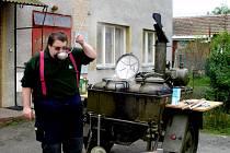 Michal Mráz si vaření před hasičskou zbrojnicí vyzkoušel při nedávném mezinárodním hasičském cvičení.