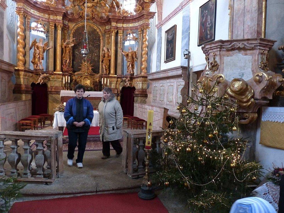 Ze štědrodenní návštěvy kostela Všech svatých v Horšově.