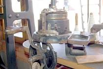 Ruční pletací stroj na ponožky.