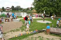 Hřiště pro malé i velké dětí u rybníka, kde se konají dětský den, traktoriáda a přejezd na kole.