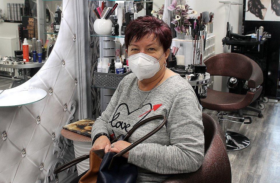 Marie Kůstová se v pondělí dopoledne v domažlickém Salonu Pavlína nechala ostřihat a obarvit.
