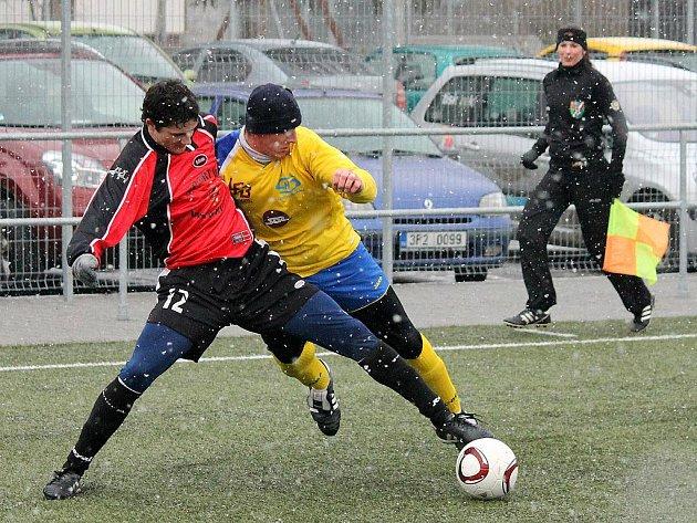 Lukáš Bezděk z Jiskry Domažlice bojuje s jedním z hráčů Senco Doubravka.