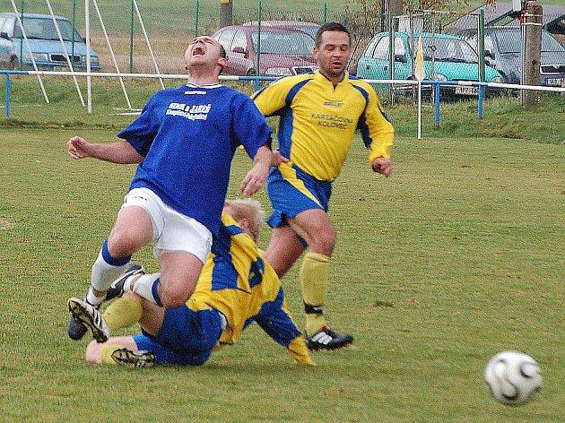Kolovečtí Mour a Herman v souboji o míč se soupeřem z Hořovicka.