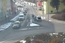 Střet Škody Fabie s chodcem v domažlické Kozinově ulici zaznamenal městský kamerový systém.