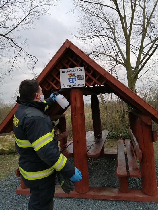 Dezinfikování exponovaných míst v Horšovském Týně a přilehlých obcích. Foto: SDH Horšovský Týn