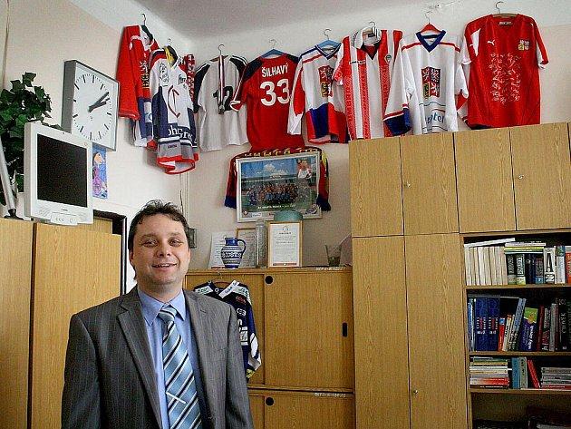 Ředitelnu poběžovické školy zdobí hokejové dresy a florbalové hokejky, což ukazuje, že u ředitele Vladimíra Foista (na snímku), stejně jako u žáků, je florbal opravdu populární.