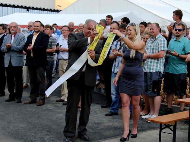 JAROSLAV HÁNA. Ředitel Meclovské zemědělské, a. s., si po střihání pásky za asistence sličných hostesek, mohl výrazně oddychnout.