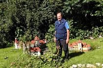 Dlouholetý profesionální řidič Alois Kubálek přišel v důchodu na chuť stavbě historických objektů.
