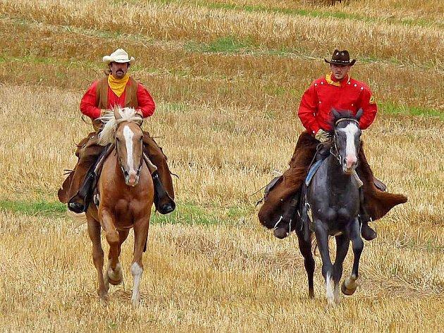 Dva jezdci z Domažlicka jeli jako Pony Express 2013. Vlevo Jiří Lešek, vpravo Tomáš Nový.