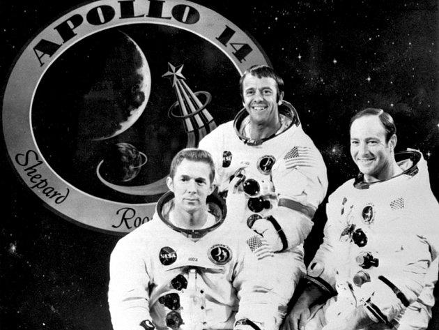 Posádka kosmické lodi Apollo 14 . Na sn. zleva : Stuart Ross, Alan Shepard a Edgar Mitchell - před znakem,který symbolizuje jejich let.