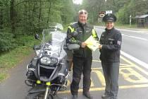 Policisté kontrolovali motorkáře a rozdávali dárky.